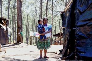 Madre e hijo desplazados del poblado Primero de Agosto en el campamento