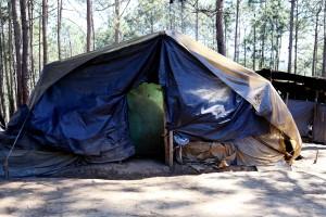 Los desplazados confeccionaron casas con lonas de plástico en donde entra fácilmente la humedad.