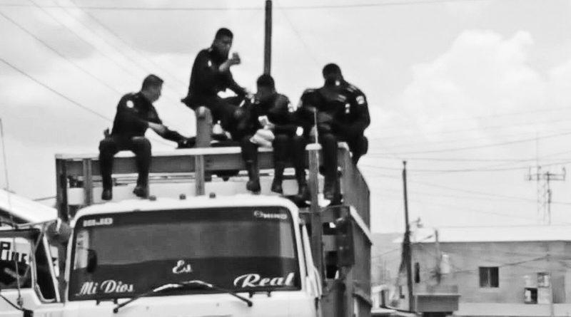Fotografía Saúl Paau. Varios elementos de la PNC Y Militares saliendo a Laguna Larga, San Andrés.